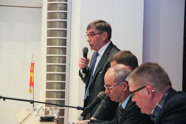 Kunnanhallituksen puheenjohtaja Kari Ventola puolusti veroprosentin nostoa ja piti vaikeasti ymmärrettävänä joidenkin valtuutettujen linjaa, jossa ensin vaaditaan lisää palveluja ja sitten vastustetaan verojen nostoa.