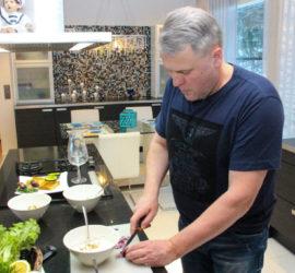 Pekka Järvi valmistaa ruokaa kotonaan erityisesti viikonloppuisin. Ideoita tarjottaviksi tulee usein ulkomaanmatkoilta.