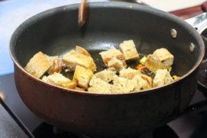 Tuoreet leipäkuutiot saavat paistinpannulla väriä ja makua.