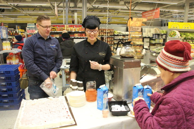 Kauppias Kivi on tyytyväinen henkilökuntaan kykyyn omaksua hänen toimintatapansa. Kahvitarjoilussa mukana oli myös Jessica Mantila.