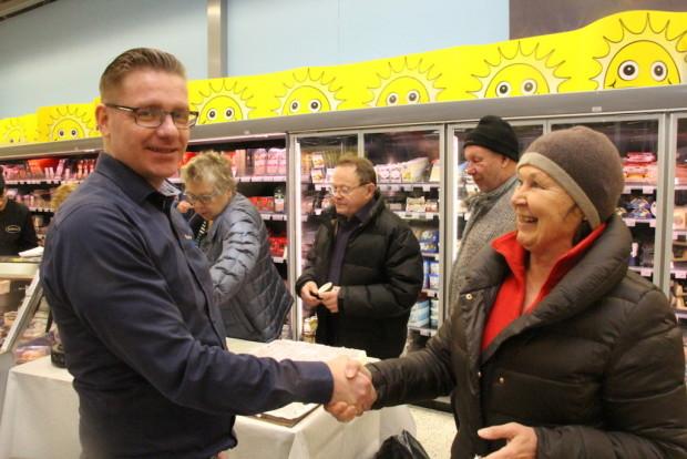 Leena Lassila toi myös palkinnon kauppias Antti-Jussi Kivelle. Kukkapaketti oli iloinen yllätys alueensa parhaan supermarketin kauppiaalle.