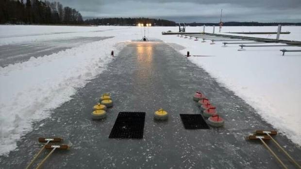Petäyksessä talvi on täynnä toimintaa, kuten jääcurlingia.