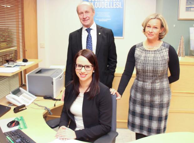 Toimitusjohtaja Markku Moilanen, pankinjohtaja Sari Ahonen ja asiakkuuspäällikkö Noora Vitikainen toivottavat myös opintolaina-asiakkaat tervetulleiksi.