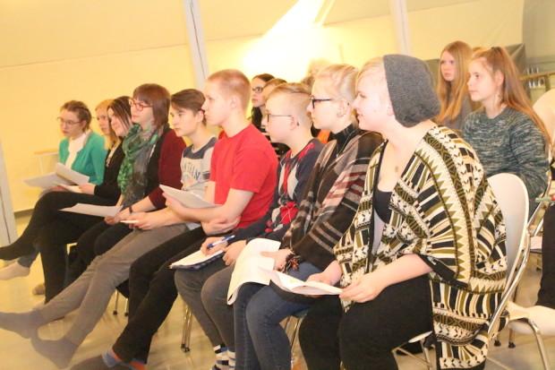 Nuorisovaltuusto kuunteli hakijoiden esityksiä ja teki lisäkysymyksiä.