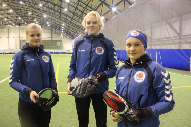 Annariikka Hietala (vas.), Ellinoora Ojala ja Anni Heikkilä saavat odottaa sarjakauden avausta vielä kuukauden päivät.