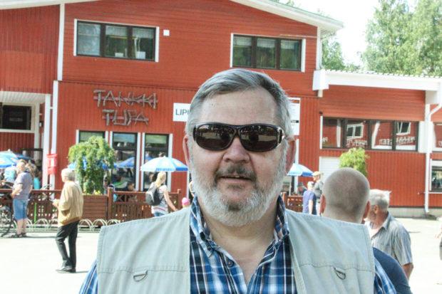 Rinnekatoksen rakentaminen Parolan Panssarimuseolle on työllistänyt museonjohtaja Timo Teräsvallia.