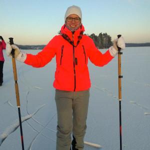Asiakkuuspäällikkö Karita Toivanen tietää, että retkiluistelu on yksi Petäys Resortin kävijöiden suosikkilajeista.